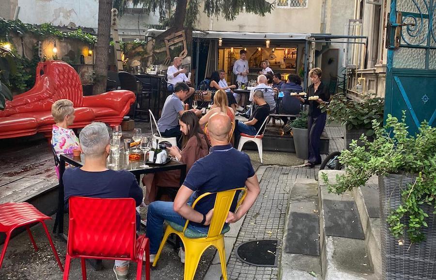 Turneul de relansare a cărții Connaisseur fără ifose, amânat de pandemie, a fost reluat în 21 iulie 2021 la Bistro 15A în București